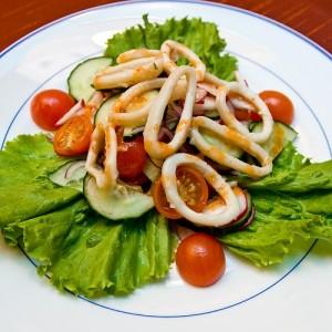 salat-ovoshhnoj-s-kalmarami