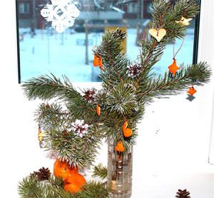 Новогоднее украшение из шишек и еловых веток