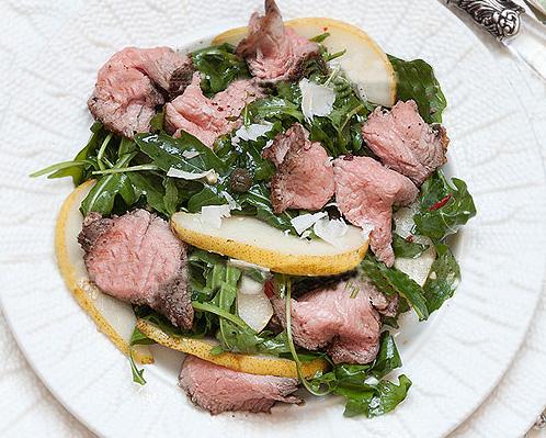 Салат с говядиной и острым соусом