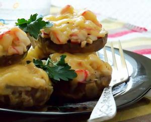 Грибы фаршированные салатом с крабовым мясом