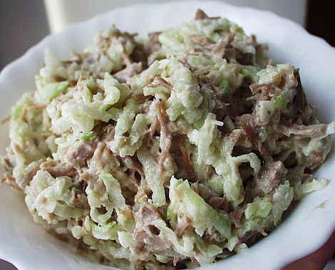 Салат с говядиной, рисом и огурцами