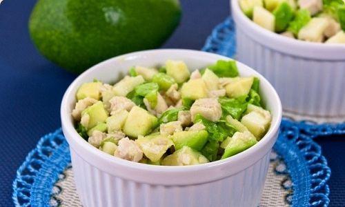 Оригинальный салат с курицей и авокадо
