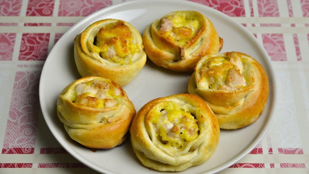 Слоеные розочки с сыром и куриным филе