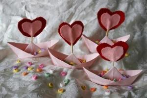 Сердечки из фетра в бумажных лодочках