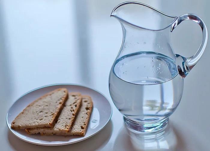 вода и хлеб