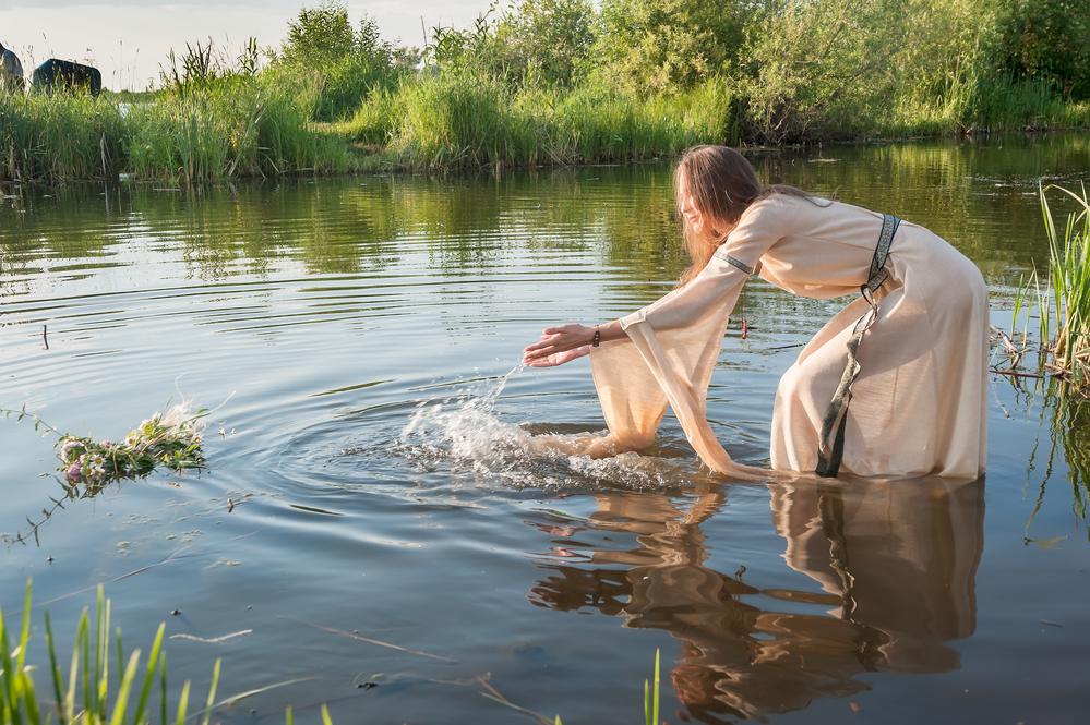 negrityanki-minsk-zhenshini-v-rechke-kupalis-foto