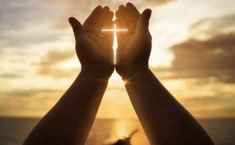 руки и крест