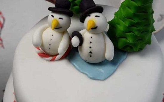 Двухъярусный торт из мастики «Снеговички»