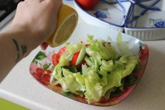 Руками рвем салатные листья