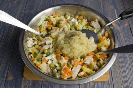 К остальным продуктам в салатницу, выкладываем лук