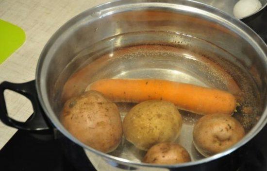 Промываем картофель, морковь, яйца