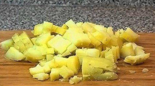 Картофель очищаем, нарезаем кубиками