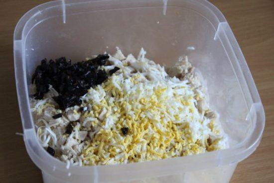 Яйца, заранее отваренные, чистим, трем на терке