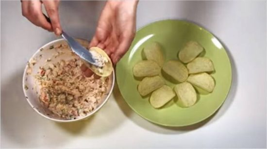 Массой, которая получилась, наполняем чипсы