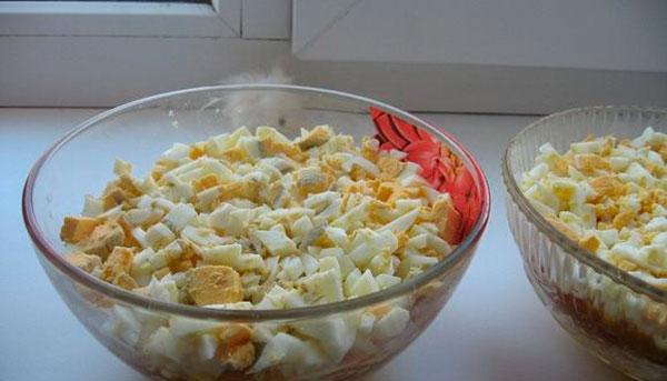 Яйца, чистим, шинкуем небольшими кусочками