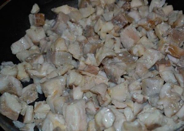 Промываем филе, нарезаем небольшими кубиками
