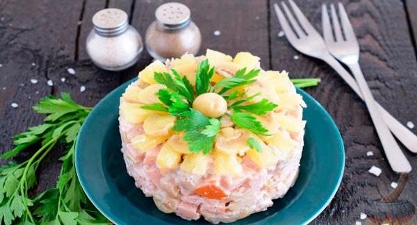 Салат с ананасами, грибами и мясом