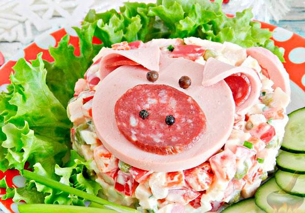 Салат с копченой курицей Поросенок