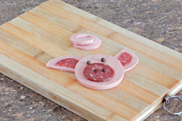 Копченую колбасу используем для пяточка