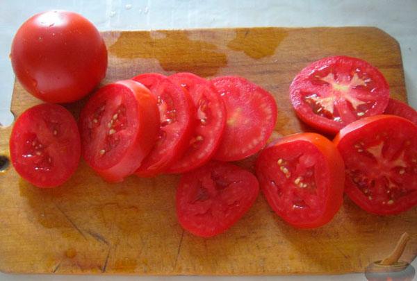 Ополаскиваем помидоры, просушиваем, нарезаем кружками