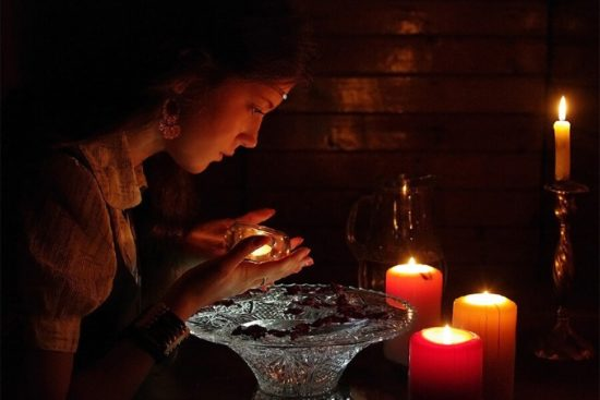 с помощью свечи