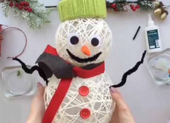 Снеговик из пряжи