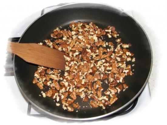 Обжаривают орехи