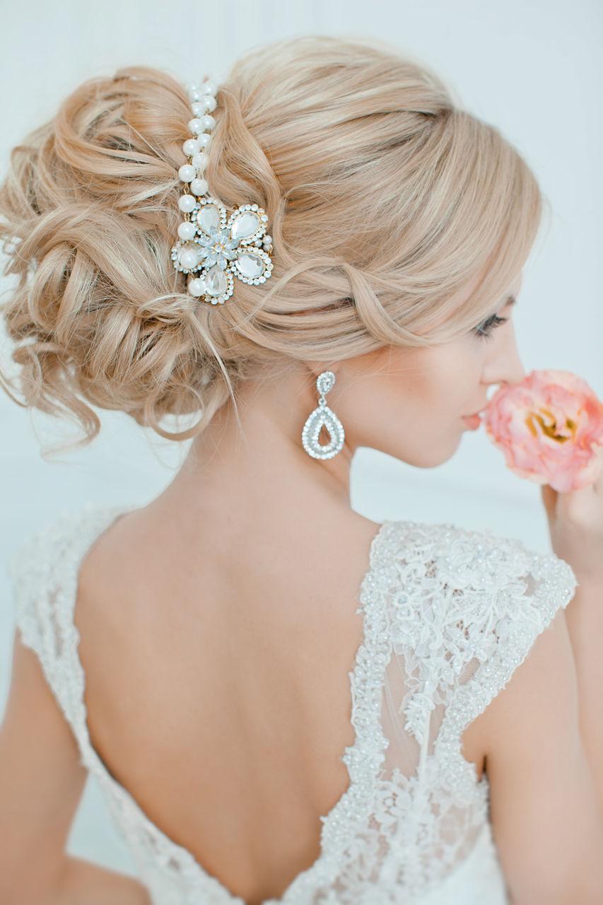 Самые красивые свадебные прически с украшением