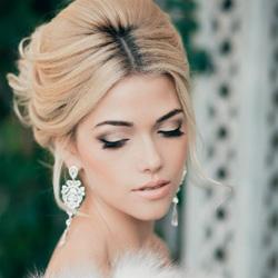 Макияж для невесты должен быть нежным и не слишком ярким, особенно это касается тех, у кого будет классическая свадьба и белое платье