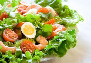 Vykladyvaem-listya-salata-varenye-krevetki-pomidory-cherri-i-yaytsa-na-tarelku-solim-i-dobavlyaem-limonnyi-sok-soglasno-retseptu.