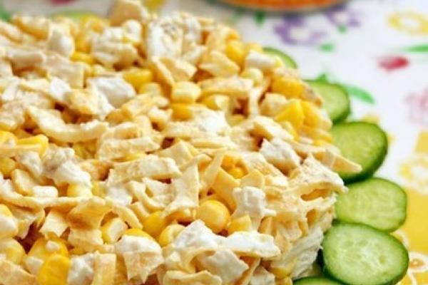 Салат с куриной грудкой и яичными блинами