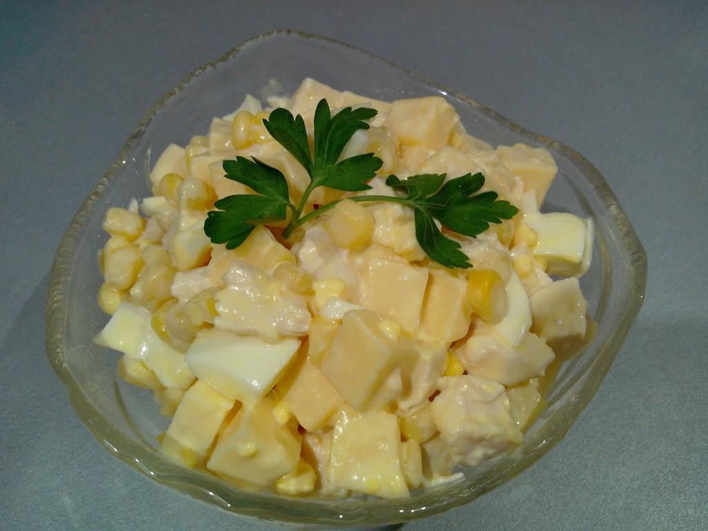 Салат с куриной грудкой, кукурузой и ананасом