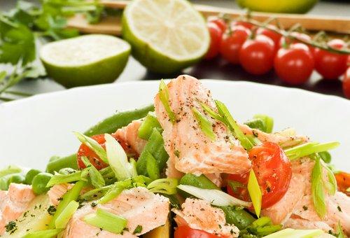 Салат с семгой и фасолью