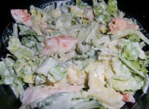Салат с кальмаром, креветками и ананасами