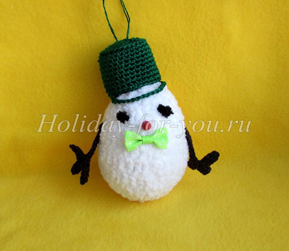 Снеговик на елку крючком