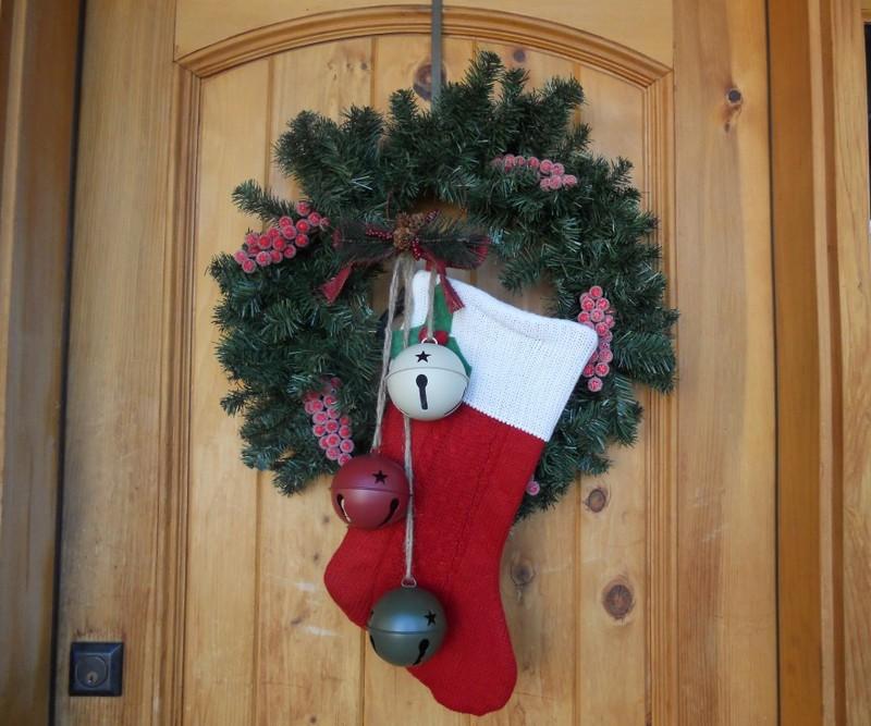 novogodneje-ukrashenije-vkhodnoj-dveri-01