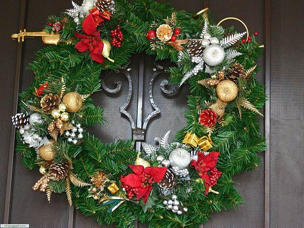 novogodneye-ukrasheniye-vkhodnoy-dveri-01